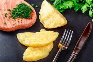 Selbst gemachter Käse mit frischer Kräutergabel und -messer