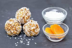 Selbstgemachte Aprikosen-Kokos-Balls