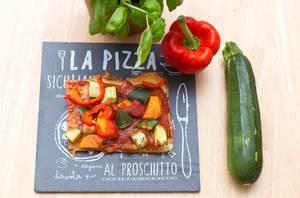 Selbstgemachte Gemüse-Pizza mit Süßkartoffeln, Paprika und Zucchini