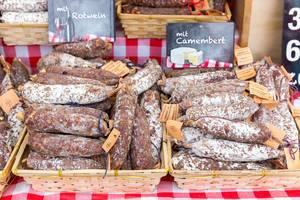 Selbstgemachte Salamie aus Frankreich: mit Rotwein und Camembert
