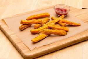 Selbstgemachte Süßkartoffel-Pommes mit Ketchup