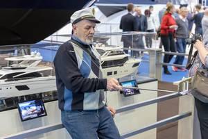 Selfie mit dem Selfie-Stick vor den Modellen der Yachten - Boot Düsseldorf 2018