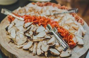 Servierbrett aus Holz mit Schinken, Salami und Braten