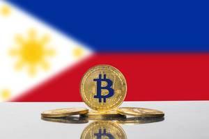 Set aus vier Bitcoins mit der Flagge der Republik der Philippinen im Hintergrund