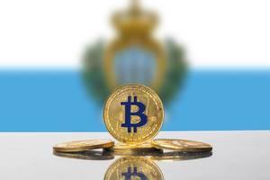 Set aus vier goldenen Münzen der Kryptowährung Bitcoin von der Flagge von San Marino