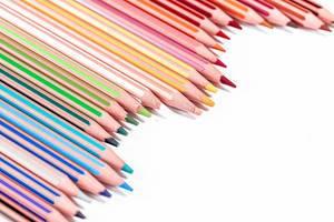 Set mit vierundzwanzig farbigen Buntstiften, auf einer weißen Oberfläche