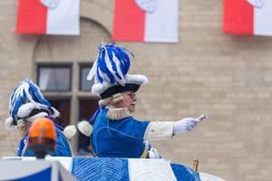 """Severinsburgtor in Köln - zwei Mitglieder der Blauen Funken werfen """"Kamellen"""" (Süßigkeiten) während des Rosenmontagsumzugs 2020"""