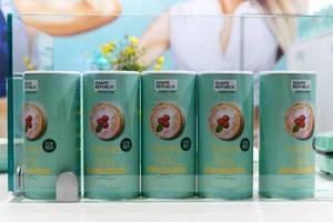 Shape Republic Fitness Food bietet Pfannkuchen Protein-Backmischung mit Vanille-Himbeer-Geschmack auf der Fitnessmesse Fibo in Köln