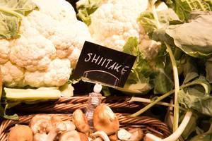 Shiitakepilze und Blumenkohl im Supermarkt
