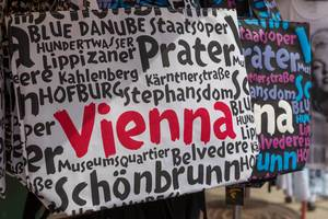 Shopping bags with the names of Viennese tourist attractions