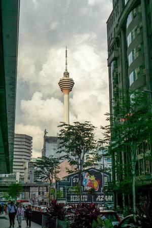 Sicht auf den KL Turm aus einer Straße in China-Town in Kuala Lumpur