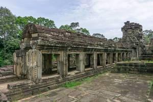 Sicht auf die Ruinen auf dem Baphoun Tempel in Siem Reap