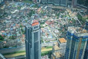 Sicht auf Hochhäuser und Baustellen von den Petronas Zwillingstürme in Kuala Lumpur