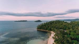 Sicht aus der Luft über eine Insel Punta Bulata  - Droneshot, Philippinen