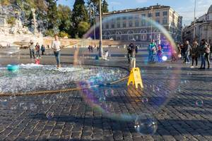 Sicht durch eine Seifenblase auf dem Piazza del Popolo in Rom