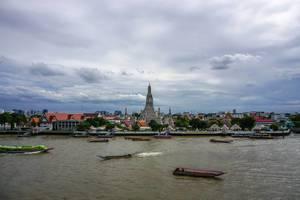 Sicht vom gegenüber liegenden Ufer des Chao-Phraya-Flusses auf den Wat Arun Tempel in Bangkok