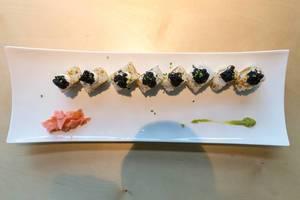 """Sicht von oben auf japanisches Sushi """"Lucky No Fish"""", mit veganem Thunfisch und veganem Kaviar, scharfer Sauce, Kimchi-Sesam und Avocado"""
