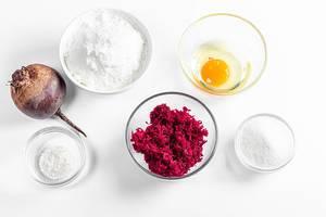 Sicht von oben auf Zutaten für Rote Bete - Pfannkuchen zu machen