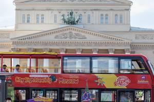Sightseeing Bus vor dem Bolschoi-Theater in Moskau
