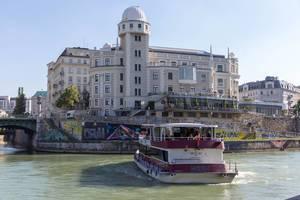 Sightseeing-Schiff am Donaukanal bei der Sternwarte Urania in Wien