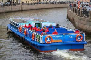 Sightseeing-Schiff auf der Moika in Sankt Petersburg