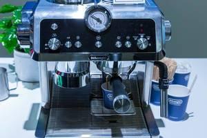 Silberne Barista Espressomaschine von DeLonghi: Pump Espresso Siebträger EC9335.R - La Specialista mit Kegelmahlwerk