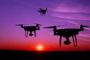 Silhouette von Kameradrohnen in der Luft
