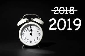 Silvester 2018 und Neujahr 2019 stehen vor der Türe, Text 2019 mit Wecker auf fünf vor zwölf