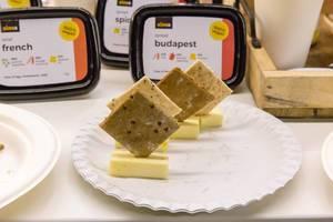 Sinea - veganer Budapest Brotaufstrich als Probe mit Crackern