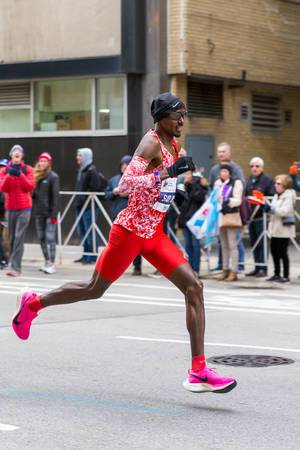 Sir Mo Farah running the Chicago Marathon 2019 in his stylish Nike outfit in red. Last year