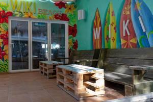 Sitzbänke und Tische aus Paletten an der WIKI Strandbar auf Mallorca