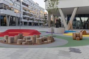 Sitzgelegenheiten am Spielplatz aus Baumstämmen