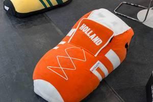 Sitzsack in Form eines Fußballschuhs im niederländischen Orange - IAW Köln 2018