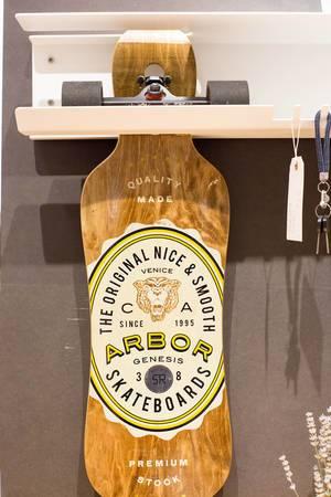 Skateboard-Halter von Skate Rack und ein Skateboard von Arbor