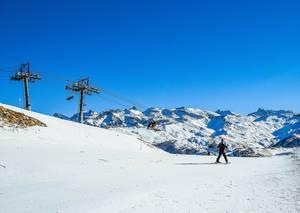 Skifahrer auf Skipiste neben Skilift in Alpen bei Vars, Frankreich