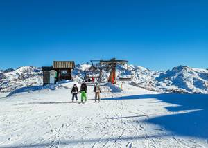 Skifahrer verlassen Sessellift an Gipfel in Wintersportgebiet Vars, Frankreich