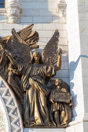 Skulptur eines Engels über dem Eingangstor der Christ-Erlöser-Kathedrale