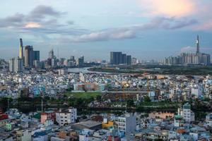 Skyline von Ho Chi Minh City mit der Reflektion der Sonne auf den zwei höchsten Gebäuden der Stadt