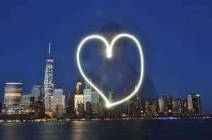 Skyline von New York City inklusive Freedom Tower bei Nacht und I Love New York Lightpainting, USA