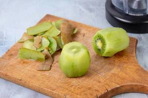 Sliced Kiwi fruit prepared for juice mixer (Flip 2019)