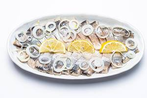 Slices of marinated herring fillet with onion and lemon (Flip 2020)