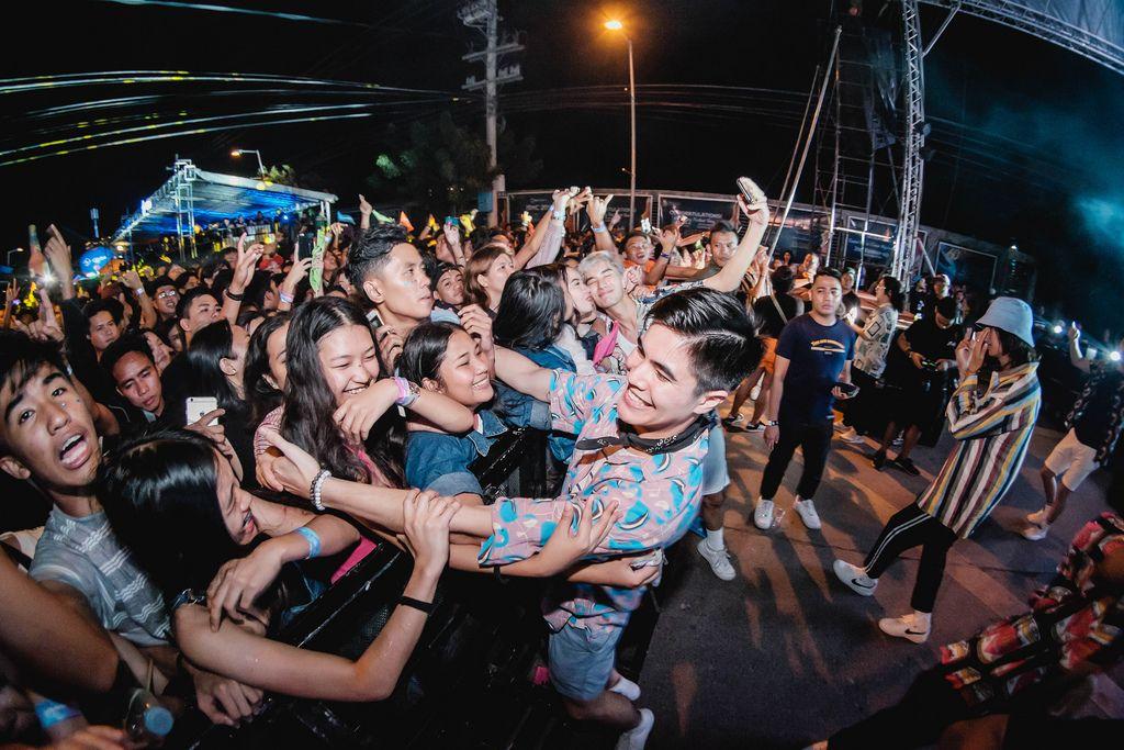 SM Youth feiern mit Festivalbesuchern und lassen sich umarmen, Dinagyang Festival