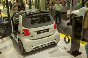 Smart EQ fortwo Elektro-Kleinwagen und Cityflitzer bei der Aufladung an der E-Ladestation