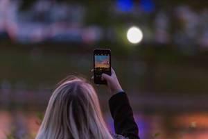 Smartphone Fotografie - eine Frau hält ne Abendhimmel fest