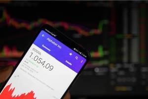 Smartphone zeigt Marktwert von Alphabet an der Börse