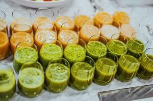 Smoothies aus verschiedenen Früchten zum Frühstück