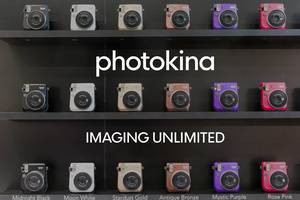 """Sofortbildkamera für Retrofotos """"Fujifilm Instax mini 70"""" in verschiedenen Farben und dem Bildtitel """"Photokina - Imaging Unlimited"""""""
