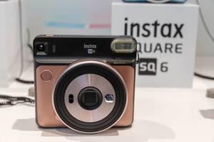 Sofortbildkamera von Instax Square SQ 6 im Farbton Blush Gold an der Photokina in Köln