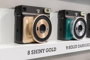Sofortbildkamera von Instax Square SQ 6 in Shiny Gold und Solid Green an der Photokina