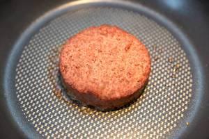 Sojafreier Burgerpatty von Beyond Meat in einer Pfanne, als Fleischalternative für ein veganes Mittagessen